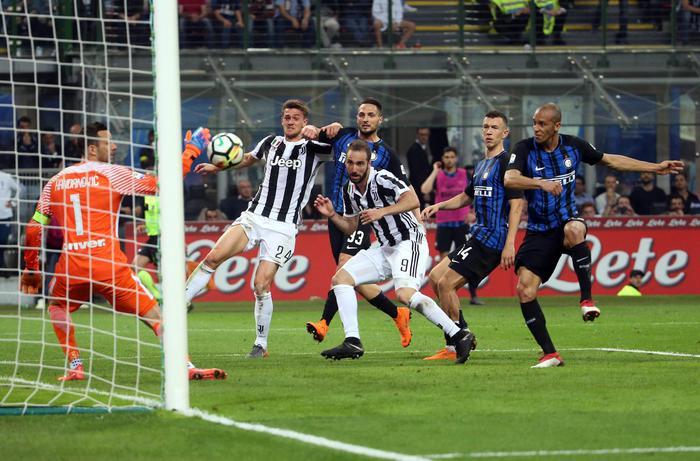 Serie A, Inter-Juventus 2-3, i bianconeri rimontano alla fine, Inter in 10 dopo soli 15 minuti